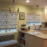 Пестрые шторы римского типа на окнах кухни-гостиной