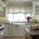 Кухонное окно с бескаркасной римской шторой
