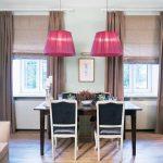 Коричневые занавески в интерьере кухни-столовой