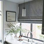 Римская штора серого цвета над кухонной мойкой