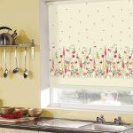 Оформление кухонного окна рулонной шторой с электроприводом
