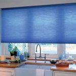 Голубая штора на пластиковом окне кухни