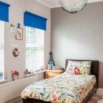 Синие шторы на окнах детской спальни