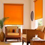 Дизайн гостиной с оранжевыми шторами