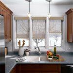 Полупрозрачные шторы рулонного типа на окне кухни