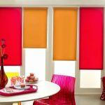 Яркие шторы в столовой зоне кухни