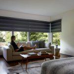 Комфортная обстановка в комнате с рулонными шторами