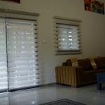 Приглушенное освещение в гостиной с рулонными шторами