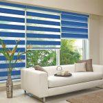 Синие шторы на большом окне гостиной
