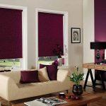 Темные шторы рулонного типа в интерьере гостиной