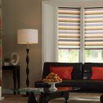 Полосатые рулонные шторы в интерьере гостиной