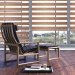 Деревянное кресло на ламинированном полу