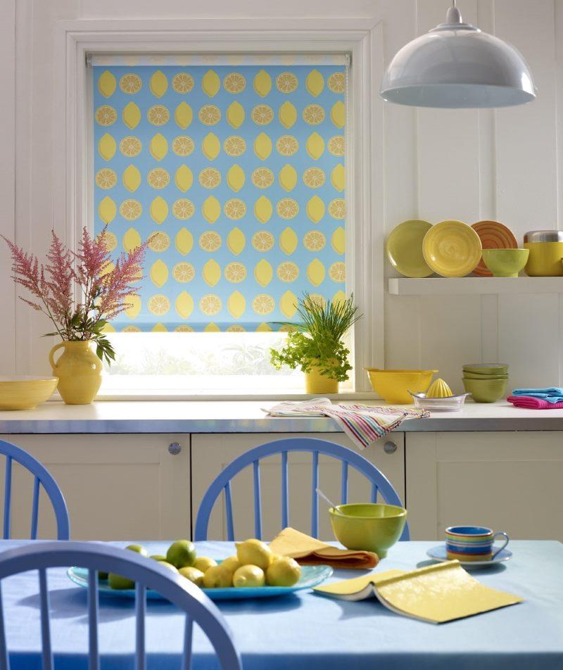 Окно кухни с рулонной шторой открытого типа