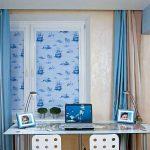 Голубые рулонные и классические коричнево-голубые шторы в морскую комнату для мальчика