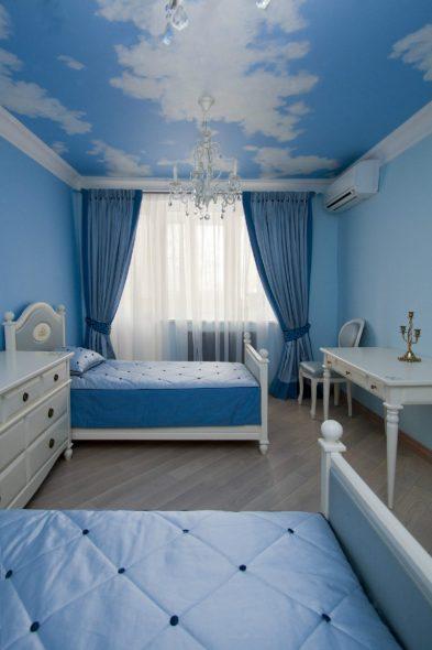Голубые с синим декором шторы и белая мебель
