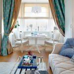 Интересный вариант двухцветных штор для столовой-гостиной