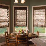 Каскадные рулонные шторы внутри окна