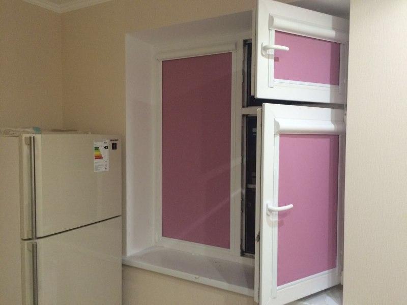 Кухонное окно с рулонными шторами на подвижных створках