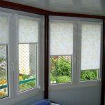 Рулонные шторы кассетного типа на окнах застеленной веранды
