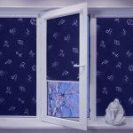 Темно-синие шторы с белым принтом на пластиковом окне