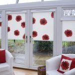 Красно-белые цветы на шторах в частном доме