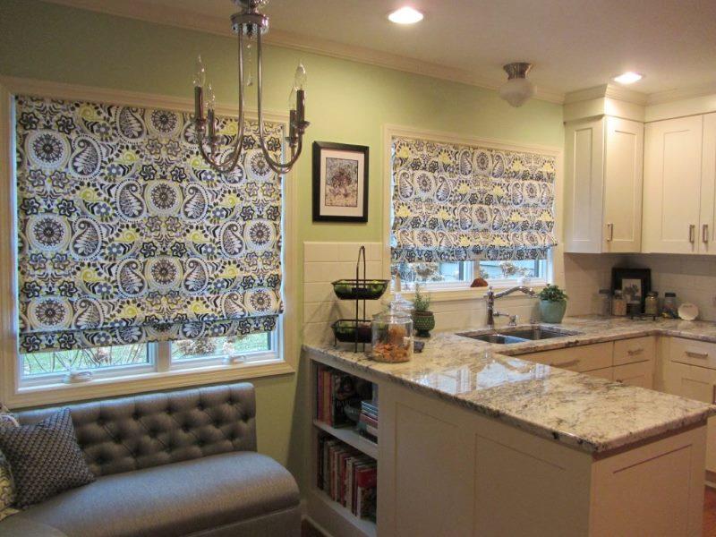 Пестрые римские шторы классического типа в интерьере кухни-гостиной