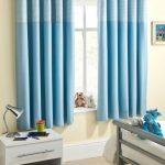Комбинированные голубые шторы в интерьере детской комнаты