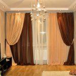 Комбинированный вариант бежево-шоколадных штор в гостиную