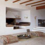 Комната в восточном стиле с матрасами для сна и сидения
