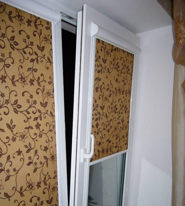 Кассетная штора с узорами на пластиковом окне