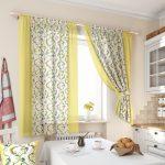 Короткие двухцветные шторы для кухни