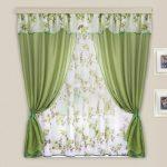 Короткие двухцветные шторы с зеленым и цветочным сочетанием