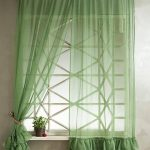Короткие шторы в зеленом цвете с рюшами