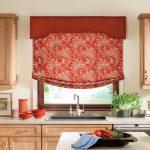 Красная кухонная рулонная штора на кухне на карнизе