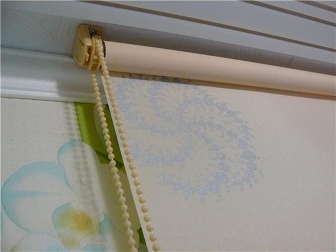 Монтаж рулонной шторы на потолке комнаты своими руками