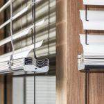 Рафштора с z-образными ламелями на деревянном окне