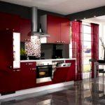 Легкие бордовые занавески на просторную кухню