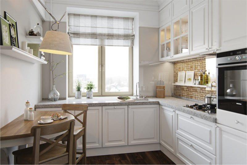Угловая кухня с римскими шторами из светлой ткани