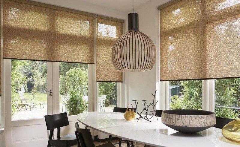 Полупрозрачные шторы рулонного типа на окнах кухни