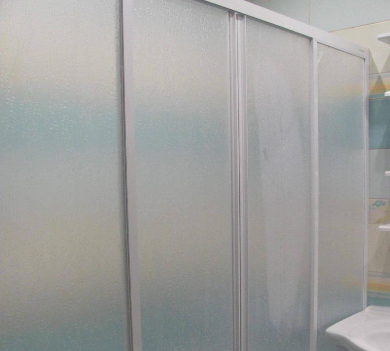 Матовые поверхности подвижных створок пластиковой шторы