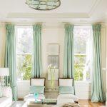 Настенные карнизы с бирюзовыми шторами в гостиной