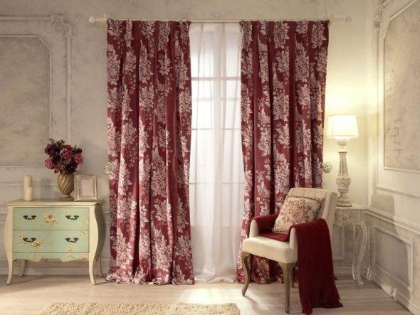 Бордовые шторы с белым рисунком для гостиной