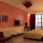 Нежная спальня с яркими элементами цвета бордо: шторами, светильником и диванчиком