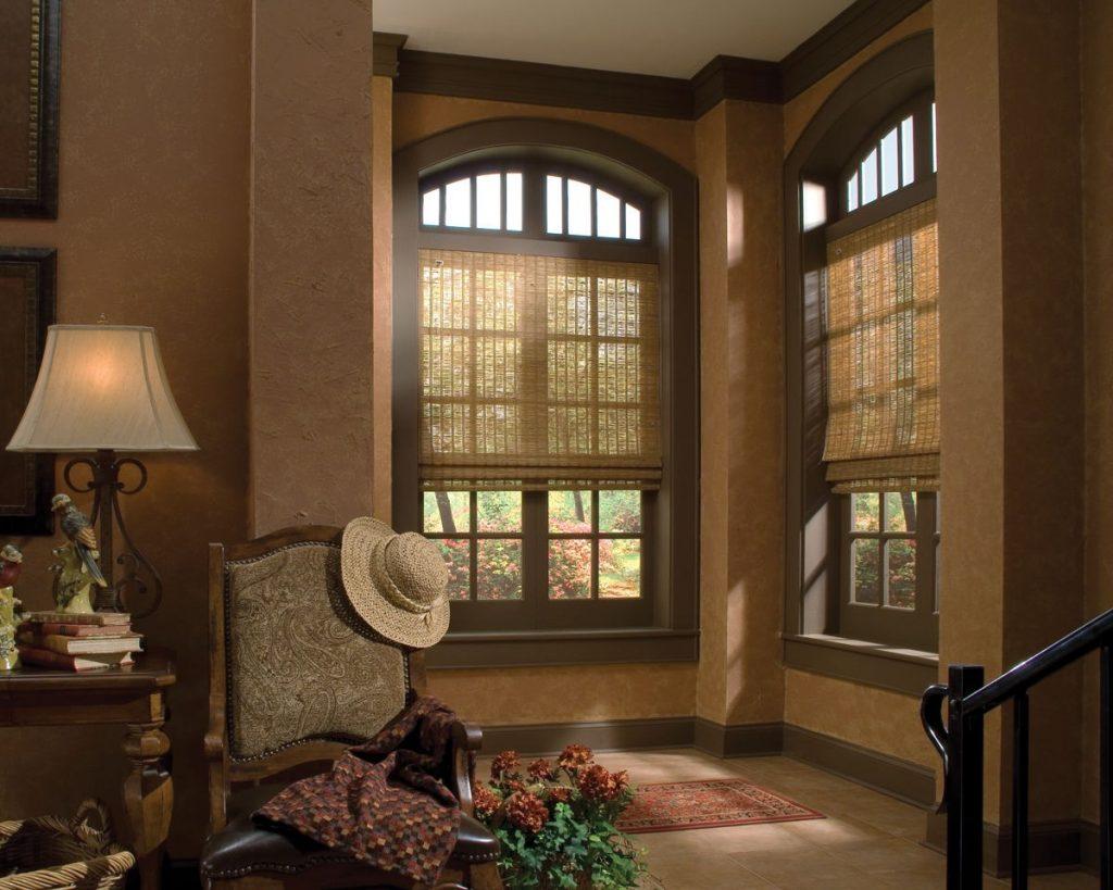 Дизайн гостиной с рулонными шторами из бамбука