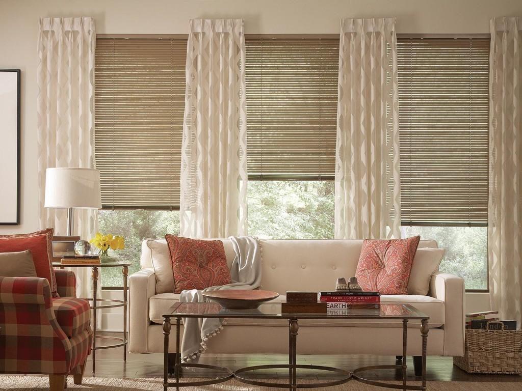 Интерьер гостиной с рулонными шторами на окнах