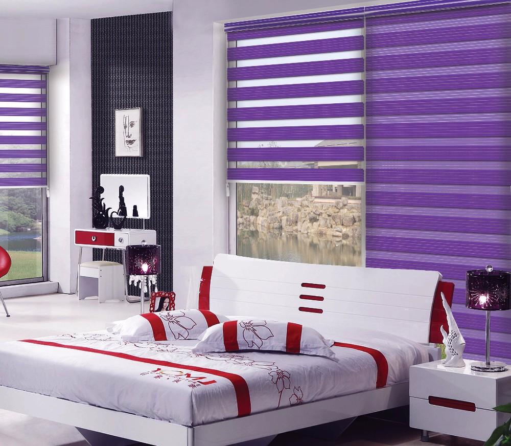 Штора зебра с фиолетовыми полосками в интерьере спальни
