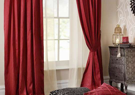 Плотные бордовые шторы и легкий тюль