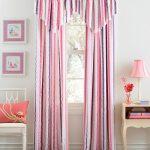 Полосатые шторы отлично смотрятся в интерьере
