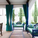 Пример цветового сочетания — зеленого и синего, который используется в шторах и мебели