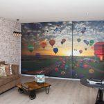 Парад воздушных шаров на шторах в гостиной
